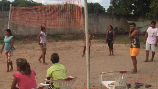 Jovens praticam esportes em centro de imigração