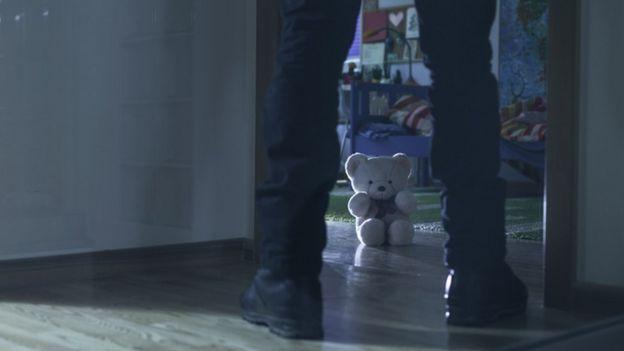 Un hombre entra en una habitación de un niño.