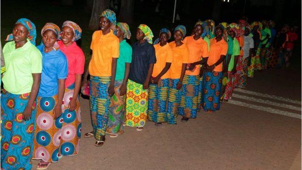 Mães esperando filhas libertadas pelo grupo extremista