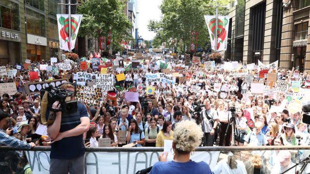 Una multitud de estudiantes manifestantes llenan una plaza de la ciudad en Melbourne