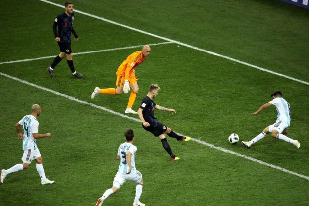 El gol que terminó de mostrar todos los males de Argentina ya en tiempo de descuento. Rakitic dispara con la Albiceleste completamente perdida en el campo.