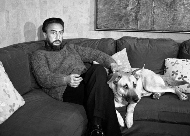 El escritor sentado junto a un perro.