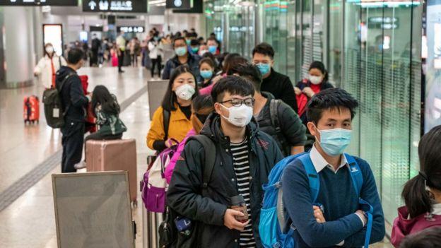 Pasajeros en una estación de tren en Hong Kong.