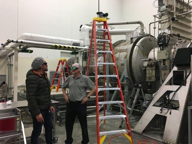 Dos científicos de LIGO en una de las estaciones finales de los túneles de concreto.