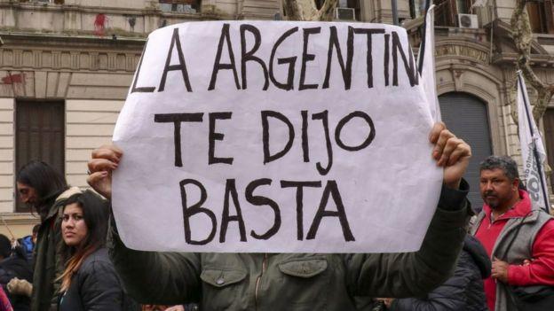 """Un cartel en Argentina tras las elecciones primarias de agosto: """"La Argentina te dijo basta""""."""