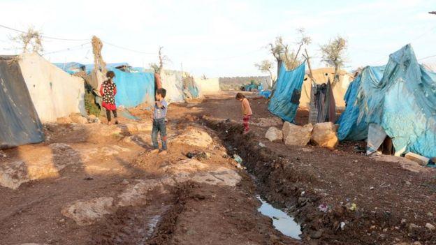 Condições insalubres em um campo de refugiados de Idlib