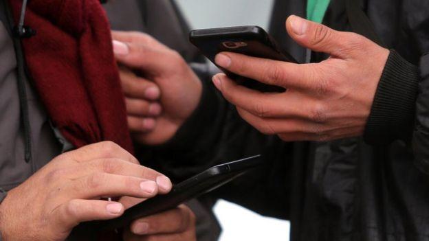 Hombres con sus celulares