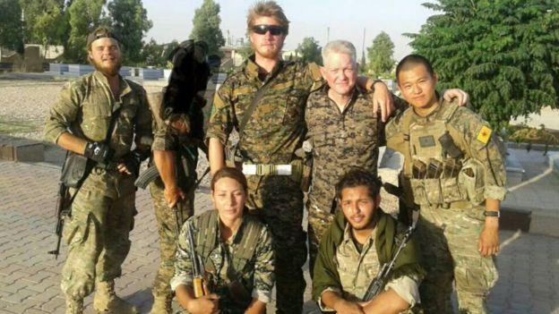 مايكل إنرايت مع مجموعة من المقاتلين الأجانب في صفوف وحدات حماية الشعب الكردية في سوريا