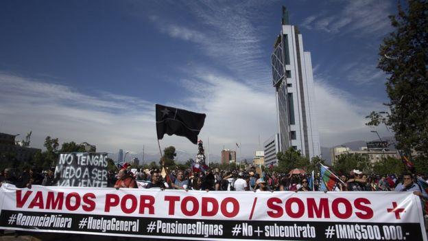 """Muchos manifestantes han apuntado contra el modelo """"neoliberal"""" de la economía chilena."""