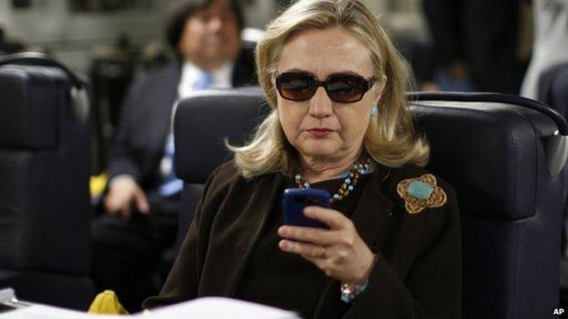 Октябрь 2011 года, Колинтон проверяет свой смартфон
