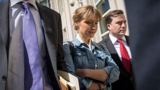 Allison Mack deixando tribunal com seus advogados, antes de ser presa