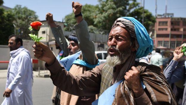 یک فعال طرفدار صلح گلی در دست دارد