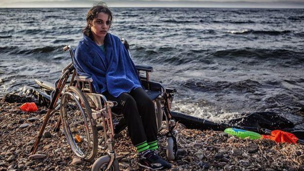 نوجين بعد انتشالها من القارب المطاطي في جزيرة ليسبوس اليونانية