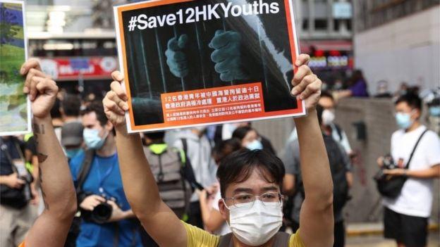 有示威者关注被中国拘捕的12名潜逃台湾不果的香港人。