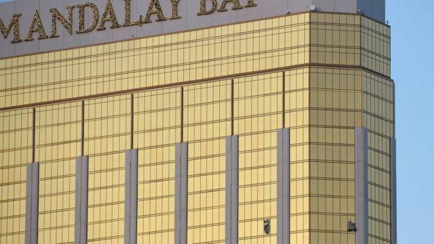 Imagen de las ventanas rotas en el piso 32 del Hotel Mandalay Bay.
