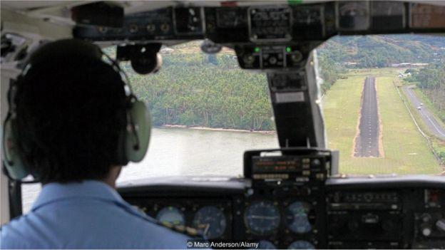 Piloto chegando em aeroporto
