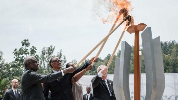 Paul Kagame a allumé la flamme du souvenir pour la mémoire des victimes, au Mémorial du génocide, à Kigali, aux côtés de son épouse Jeannette, de Moussa Faki, le président de la Commission de l'Union africaine, et de celui de la Commission de l'Union européenne, Jean-Claude Juncker.
