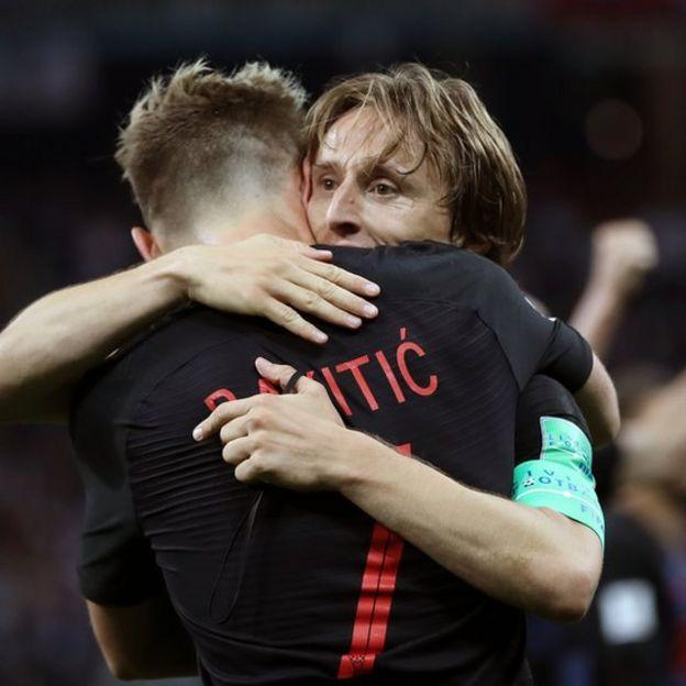 """El abrazo de los """"niños de la guerra"""": Luka Modric e Iván Rakitic celebran una victoria durante el Mundial."""