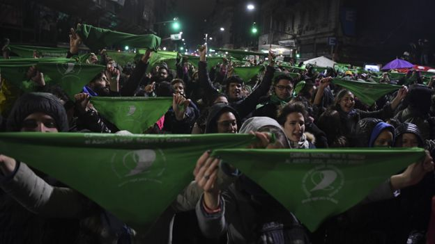 Feministas con panuelo verde