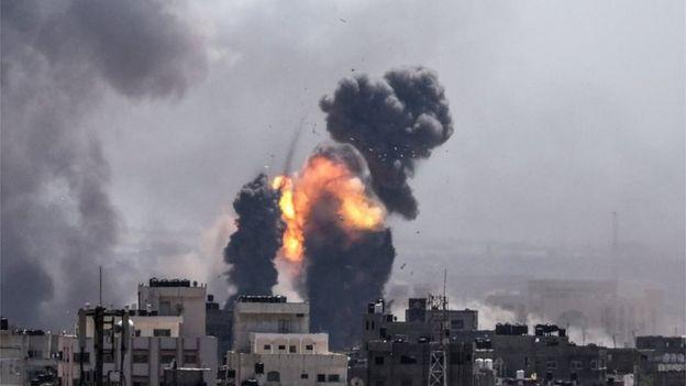 دو و آتش در اثر برخورد موشک اسرائیل به غزه