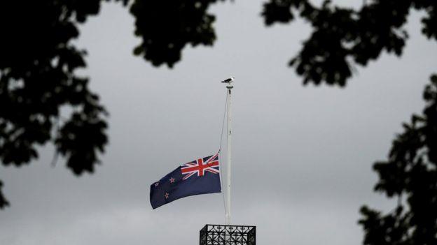 نُكست الإعلام في نيوزيلندا حتى إشعار آخر حزنا على الضحايا.