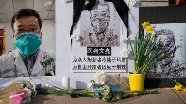 """C'est finalement après son décès que le Docteur Li Wenliang a été reconnu comme """"Héros"""" en Chine"""