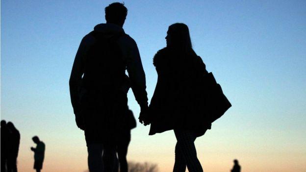 Imagen de una pareja caminando de la mano