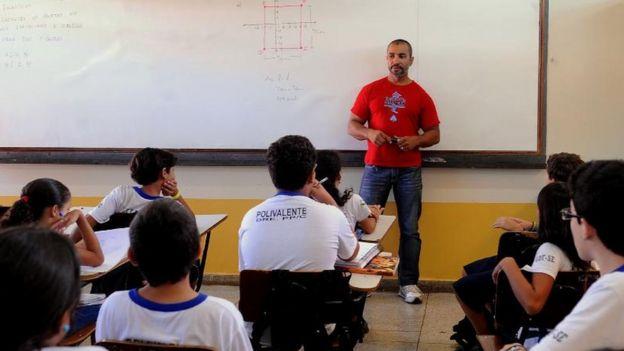 Professor de matemática Márcio Lopes participa da aplicação das provas da Olimpíada Brasileira de Matemática nas escolas públicas