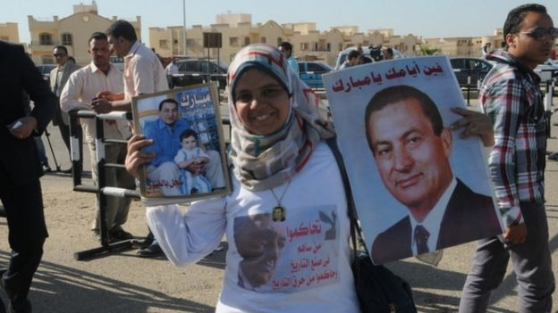 متظاهرون يحملون صورة مبارك