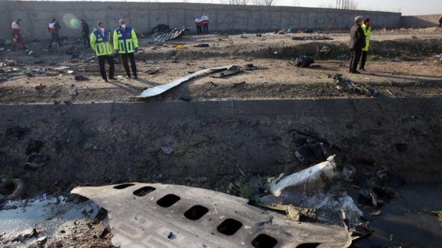 As equipes de busca e resgate vasculham os destroços de um Boeing 737 que caiu perto do aeroporto Imam Khomeini