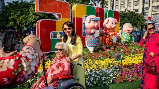 Tại TP Hồ Chí Minh, hình ảnh con heo cũng được dựng lên khắp nên để người dân chụp hình