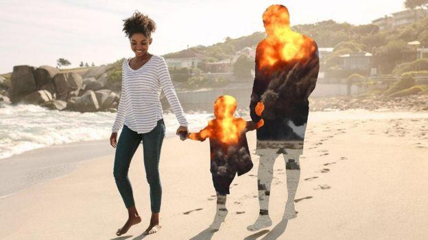 Família anda de mãos dadas na praia