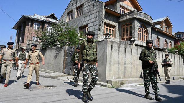 কাশ্মীরের রাস্তায় ভারতীয় নিরাপত্তা বাহিনীর টহল