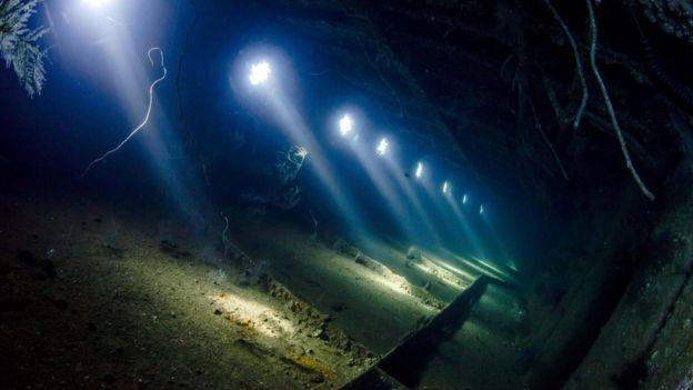Haces de luz penetran a través de agujeros en los restos del buque Giannis D Foto: Anders Nyberg