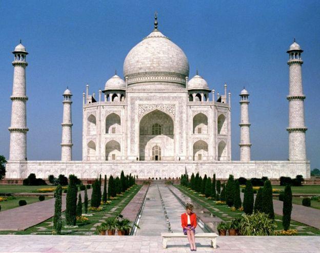 Diana, Princess of Wales, di depan Taj Mahal saat melakukan kunjungan kerajaan pada tahun 1992.