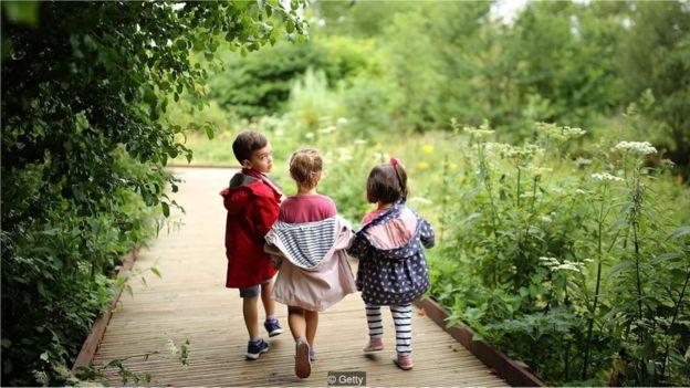 Anak-anak berjalan-jalan di taman