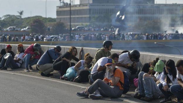 Apoiadores de Guaidó se pretegem das forças de segurança