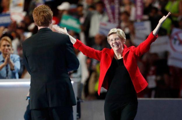 Joe Kennedy III presentó a la senadora Elizabeth Warren en la Convención Nacional Demócrata, en 2016.