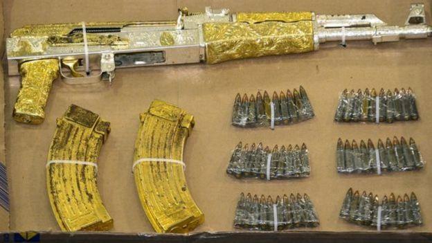 Arma com partes douradas apreendida com membros de cartéis mexicanos