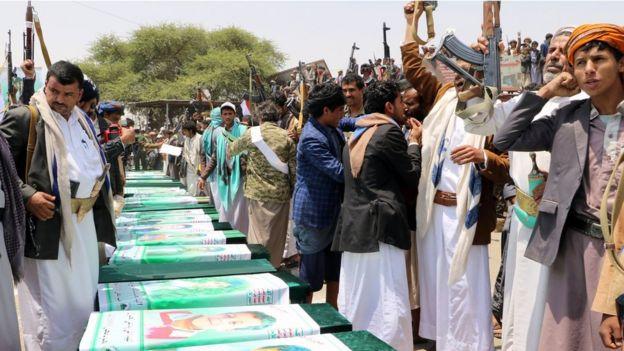 پیکر کودکان از بیمارستان محلی به میدانی در سعدا تشییع شد و بعد از نماز به گورستان منتقل شد.