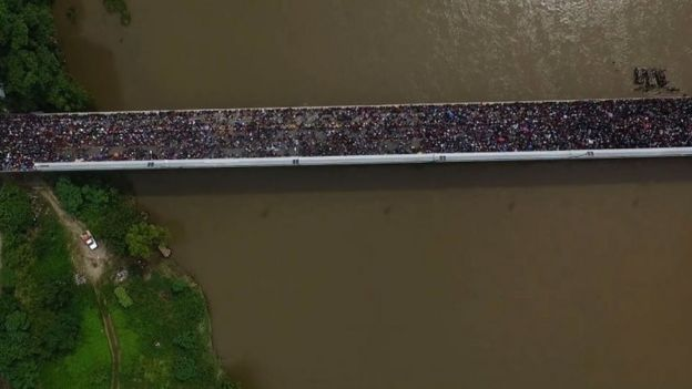 Los migrantes abarrotaron el puente que sirve de paso fronterizo.