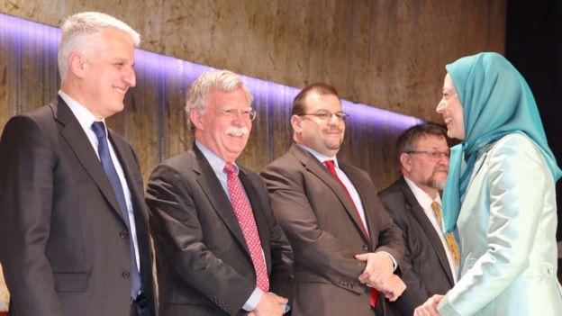 جان بولتون (نفر دوم سمت چپ)، از سیاستمداران آمریکایی است که به عنوان چهره نزدیک به سازمان مجاهدین خلق شناخته میشود