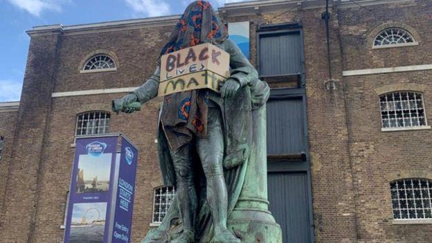 Londra Docklands Müzesi önündeki Robert Mulligan heykeli