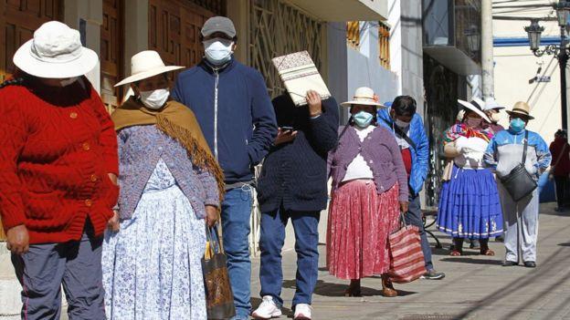 Cola en Puno, en la sierra sur de Perú, para averiguar sobre el retiro de las AFP.