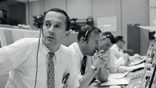 A equipe da Nasa em Terra durante os momentos de comunicação com a tripulação do Apolo 11