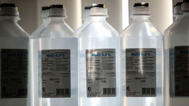 Бутылки с раствором соли