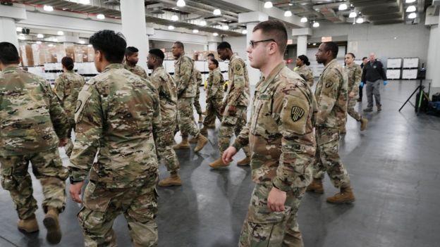 Efectivos de la Guardia nacional se aprestan a instalar un hospital temporaral en un centro de conferencias en Manhattan.
