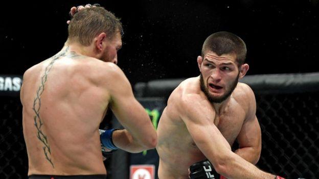 Khabib Nurmagomedov (derecha) en pleno combate contra Conor McGregor.
