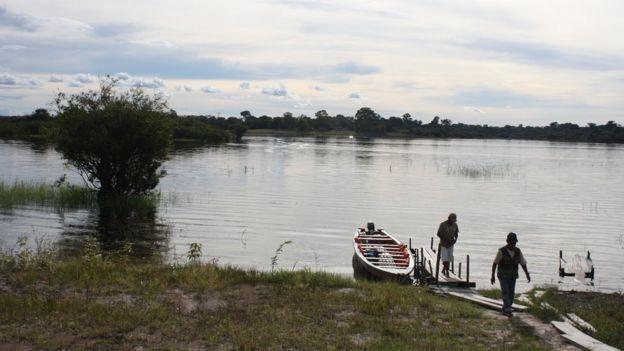 Ribeirinhos às margens do Rio Negro, Amazônia