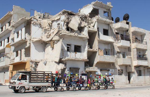 Suriyeli çocuklar bayram nedeniyle İdlib kentinde gezdiriliyor